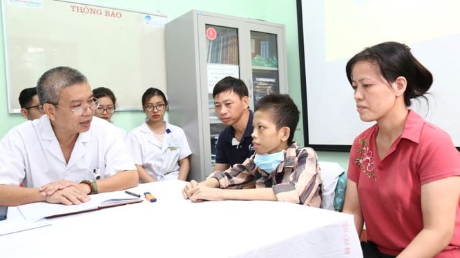 PGS.TS Nguyễn Hữu Ước chúc mừng bệnh nhân Nguyễn Văn Đức được xuất viện.
