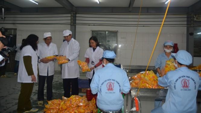 Lực lượng chức năng Hà Nội kiểm tra an toàn thực phẩm tại huyện Hoài Đức.