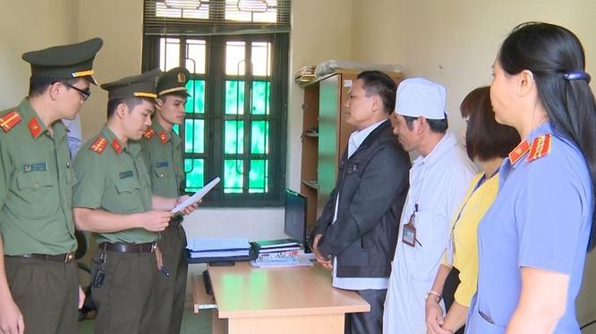 Công an Thanh Hóa thi hành lệnh bắt tạm giam các bị can.