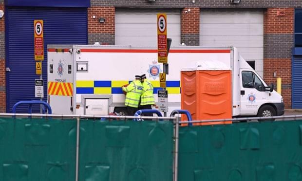 Thi thể của 39 người được vận chuyển bằng xe cứu thương tư nhân, có sự hộ tống của cảnh sát (Ảnh: The Guardian)