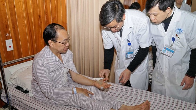 Nhóm bác sĩ của Khoa Chấn thương Chỉnh hình, Bệnh viện Đa khoa Xanh Pôn thăm khám cho bệnh nhân.
