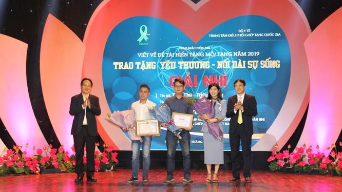 Ban tổ chức trao giải thưởng cho các tác giả đoạt giải trong cuộc thi.