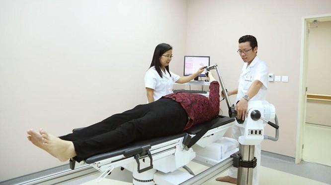 Nhóm bác sĩ của Bệnh viện Trung ương Quân đội 108 ứng dung robot hiện đại giúp bệnh nhân tập phục hồi chức năng khớp vai.