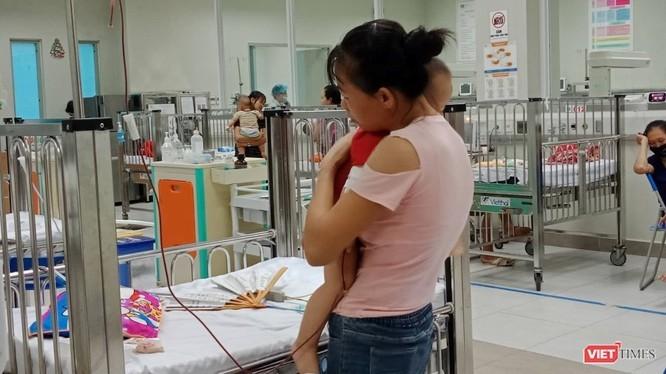 Cha mẹ chăm sóc cho trẻ tại Bệnh viện Nhi Trung ương.