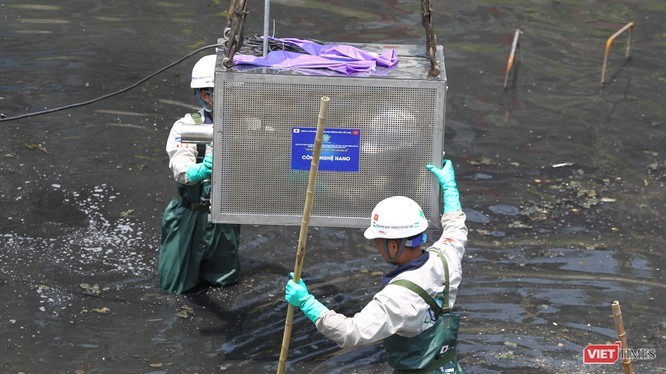 Chuyên gia Nhật lắp máy móc công nghệ nano để xử lý nước sông Tô Lịch tại Hà Nội vào tháng 5/2019.