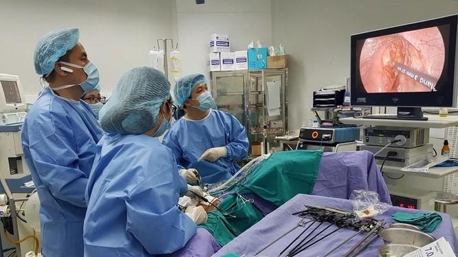 Một ca phẫu thuật nội soi tại Bệnh viện Đại học Y Hà Nội