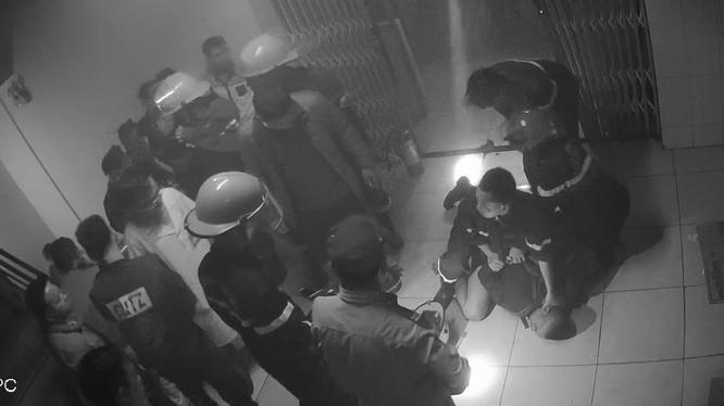 Lực lượng chức năng khống chế đối tượng và chữa cháy cho bệnh viện (Ảnh: Công an Nghệ An)