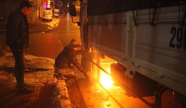 Hình ảnh tài xế đốt lửa dưới bình nhiên liệu khiến nhiều người đi qua phải rùng mình. Ảnh: Otofun