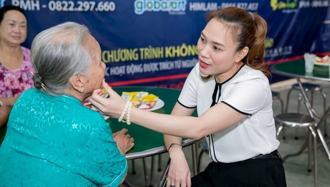 Theo thông lệ hằng năm, trước khi trở về Đà Nẵng đón Tết cùng gia đình, Mỹ Tâm cùng quỹ từ thiện riêng có chuyến đi thăm hỏi và tặng quà cho những nghệ sĩ lớn tuổi tại và Viện dưỡng lão (quận 8).