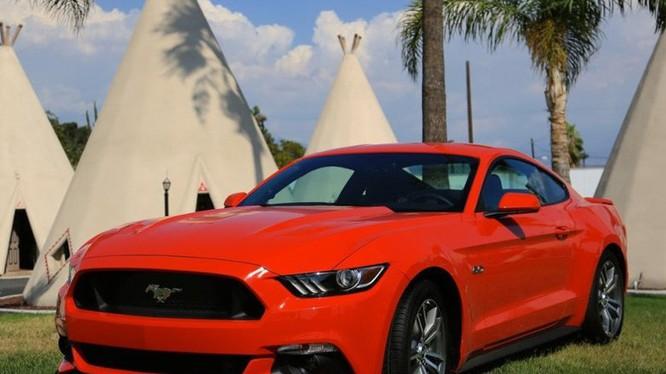2016 Ford Mustang có động cơ V6, kiểu dáng khỏe khoắn, hiện đại. Giá khởi điểm của dòng xe này là 24.145 USD (chưa kể thuế, phí).