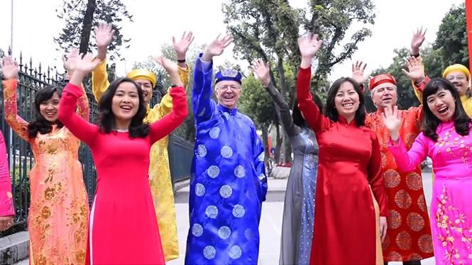 Video: Đại sứ Canada mặc áo dài, ngồi xích lô hát tiếng Việt chúc Tết