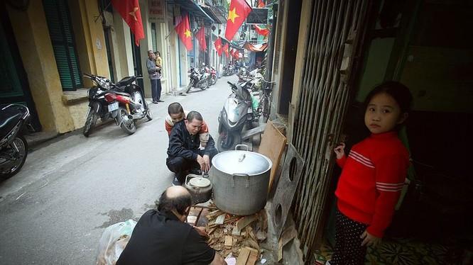 Một gia đình Hà Nội luộc bánh chưng. Ảnh:Nguyễn Cảnh Tùng