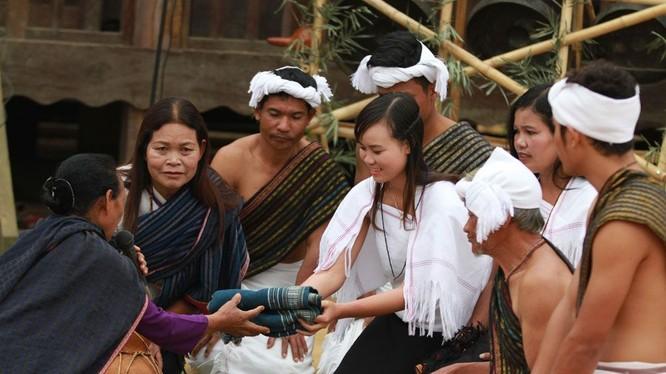 """Nếu cả hai dòng họ đồng ý, trước khi cưới một ngày, buôn làng tổ chức một đêm hội gọi là """"Đêm hội bắt chồng""""."""
