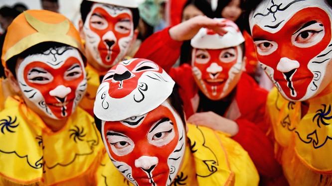 Các thành viên của cộng đồng người Hoa ở Glasgow, Scotland, trong bữa tiệc mừng Tết Bính Thân với trang phục truyền thống.