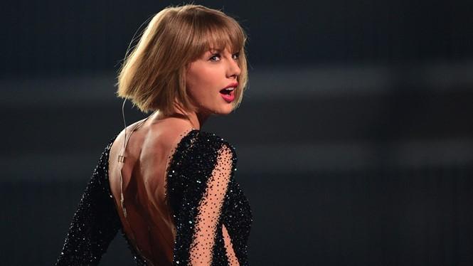 Taylor Swift có phần trình diễn sôi động tại Grammy năm nay - Ảnh: AFP