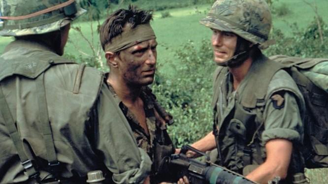 """Bộ phim truyền hình """"The Deer Hunter"""" được xem là một trong những bộ phim Mỹ vĩ đại nhất mọi thời đại đồng thời gây nhiều tranh cãi suốt một thời gian dài. Người ta cho rằng """"The Deer Hunter"""" là phân biệt chủng tộc, chứa nhiều cảnh bạo lực."""