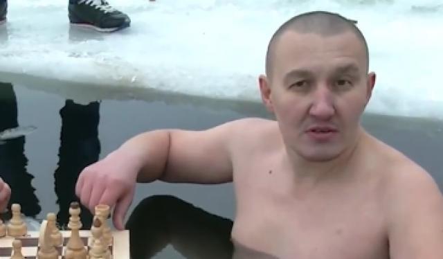 Đánh cờ dưới nước lạnh âm độ tại Nga