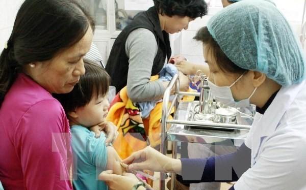Nhân viên y tế tiêm chủng cho trẻ em.
