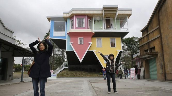 Một ngôi nhà ngược từ dưới lên trên được xây dựng ở Đài Loan gồm đủ mọi vật dụng bên trong.