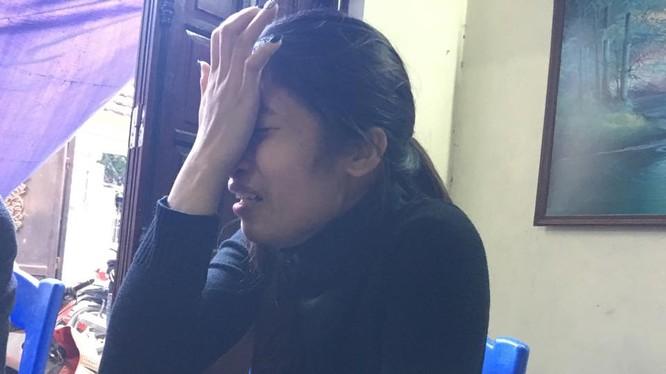 Chị Ly khóc thương bố và con gái tử vong trong vụ tai nạn thương tâm.