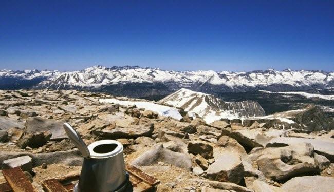 Nhà vệ sinh lộ thiên trên núi Whitney Throne, California, Mỹ.