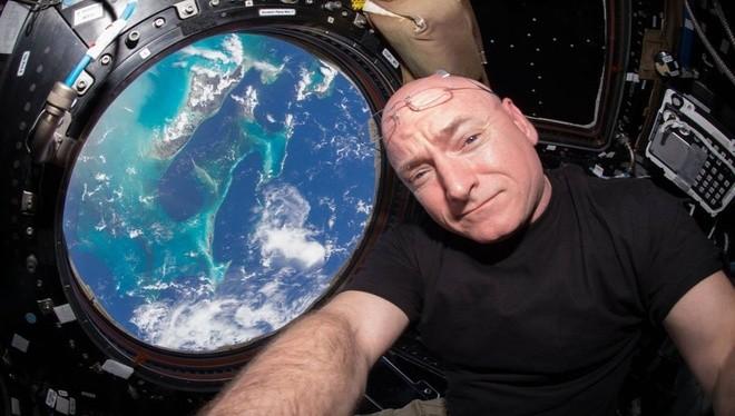 Theo BBC, khoang đổ bộ của tàu Soyuz đã đưa Scott Kelly trở về Trái Đất và đáp xuống Kazakhstan vào sáng hôm nay, sau 340 ngày ông sống trên ISS. Kelly, 51 tuổi, trở thành phi hành gia người Mỹ phục vụ nghiên cứu lâu nhất trong không gian, phá vỡ kỷ lục t
