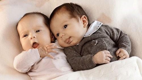 Hy hữu: Ca sinh đôi cùng mẹ khác cha
