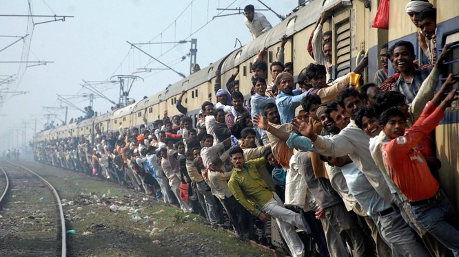 Ấn Độ là nước có mạng lưới đường sắt lớn thứ hai trên thế giới. Đồng thời, có đến 23 triệu người sử dụng đường sắt làm phương tiện di chuyển nên cảnh tượng nguy hiểm đến khó tin vẫn diễn ra hàng ngày trên các đoàn tàu lăn bánh.