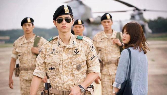Song Joong Ki và Song Hye Kyo trong Hậu duệ mặt trời. Ảnh: KBS