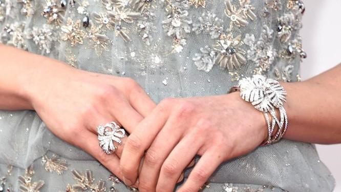 Cận cảnh lắc tay và nhẫn kim cương tinh tế của Daisy Ridley.