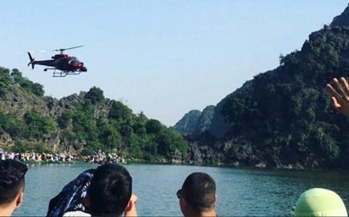 """Rất đông du khách đi thăm Tràng An chứng kiến cảnh trực thăng của đoàn phim """"Kong: Skull Island"""". Quá trình đoàn phim bom tấn Mỹ làm việc ở Việt Nam thu hút đông đảo khách thập phương đến Ninh Bình."""