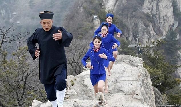 Trong trang phục tiếp viên màu xanh, chỉ thiếu đôi giày cao gót, những nữ tiếp viên hàng không trẻ đẹp ở Trung Quốc học theo hướng dẫn của một bậc thầy kungfu đạo Lão để có ý chí kiên cường.