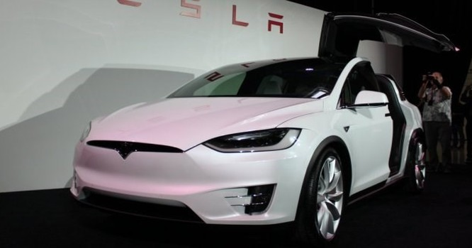 Cận cảnh nhà máy sản xuất xe hơi với 150 robot của Tesla