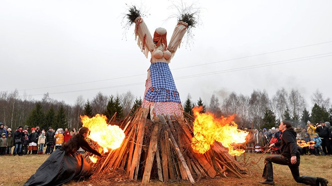 Những người tham gia lễ hội tại Bảo tảng Quốc gia về Kiến trúc và Văn hóa Dân gian Belarussia đốt một cô bù nhìn bằng rơm.