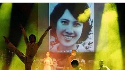Hình ảnh người vợ quá cố của nhạc sĩ Thanh Tùng xuất hiện trên sân khấu. Ảnh: Gia đình & Xã hội.