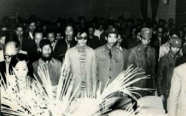 Phút mặc niệm Nhà thơ Xuân Diệu tại Hội nghị những người viết văn trẻ toàn quốc lần thứ III, tháng 12 năm 1985 (hàng đầu, từ phải qua trái): Ngô Vĩnh Bình, Nguyễn Quốc Trung, Đặng Vương Hưng, Đỗ Chu…