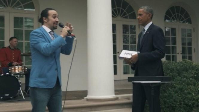 Ông Obama cầm các bảng chữ cái gợi ý cho Miranda hát rap ngẫu hứng - Nguồn ảnh: White House