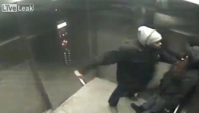 Làm gì khi bị tấn công trong thang máy?