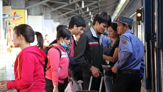 Hành khách lên tàu tại ga Sài Gòn - Ảnh: Phước Tuần