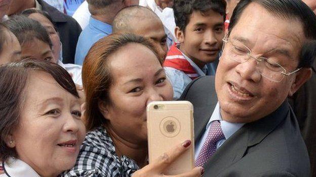 Thủ tướng Hun Sen (bìa phải) gần đây đã tỏ ra rất chuộng công nghệ - Ảnh: AFP
