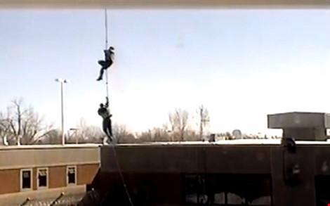 Video: Tù nhân đu dây trực thăng vượt ngục như phim hành động