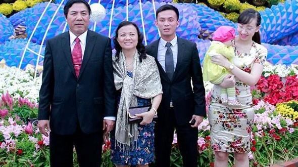 Ông Nguyễn Bá Cảnh (thứ 3 trái sang) được giới thiệu ứng cử đại biểu HĐND. Ảnh: Nguyên Vũ.