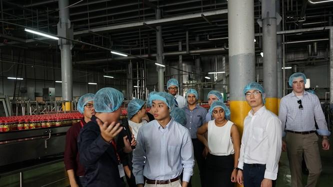 các bạn sinh viên tham quan dây chuyền sản xuất hiện đại của Tân Hiệp Phát