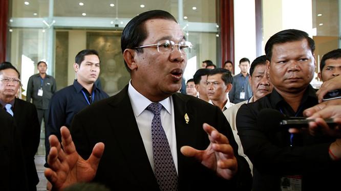 """Thủ tướng Campuchia bị buộc tội mua """"like"""" trên Facebook"""