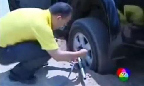 Video: Mẹo bỏ túi giúp ôtô thoát vũng lầy