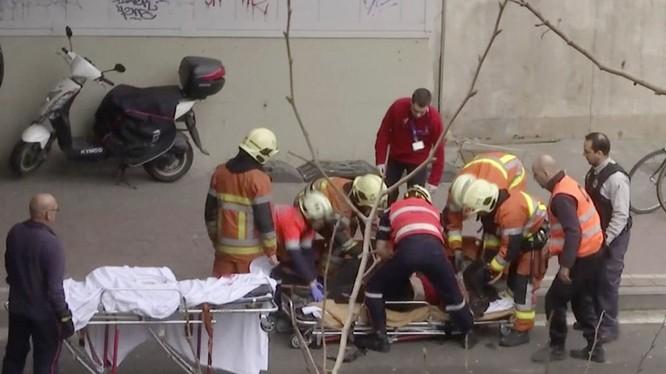 Các nhân viên cứu hộ cáng nạn nhân vụ nổ trong tàu điện ngầm của Brussels, Bỉ