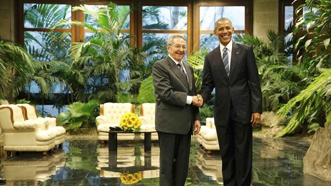 Video: Chủ tịch Castro gây scandal khi từ chối ôm ông Obama