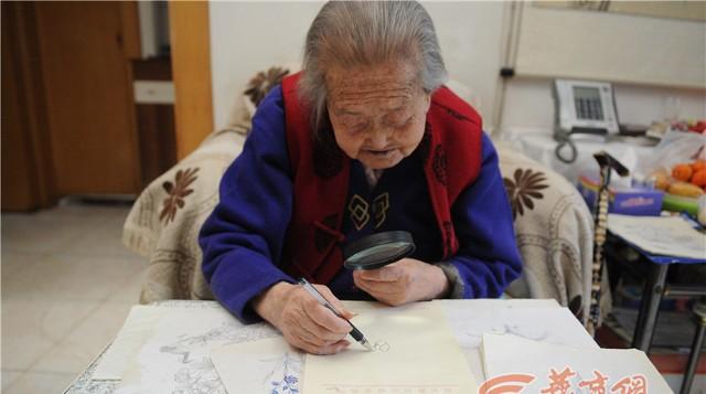 Sinh năm 1915 tại Tây An, bà Shen Yunying không có cơ hội được đi học. Tuy nhiên, khi 80 tuổi, bà bắt đầu được học những nét vẽ đầu tiên. Kể từ đó, nó đã trở thành sở thích của bà.