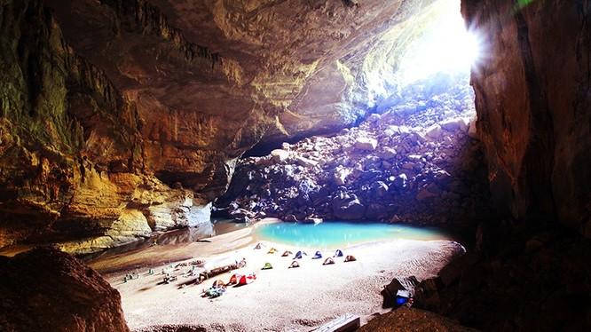 Đây là cuốn sách đầu tiên về hang động lớn nhất thế giới được xuất bản ở Việt Nam. Người xem không khỏi trầm trồ, thích thú trước một Sơn Đoòng hoang sơ và ảo diệu. Tấm hình này được tác giả Hà Quốc Anh ghi lại khung cảnh vòm hang Én.