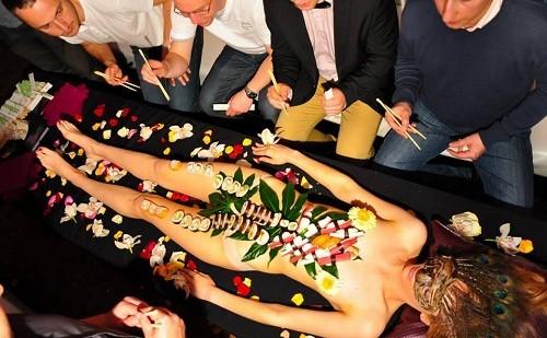 Nyotaimori là tên gọi dùng để ám chỉ những bữa tiệc thân thể trong đó có món sushi hoặc sashimi được bày thành thức ăn trên cơ thể một người phụ nữ đẹp khỏa thân. Ảnh: Eventforyou